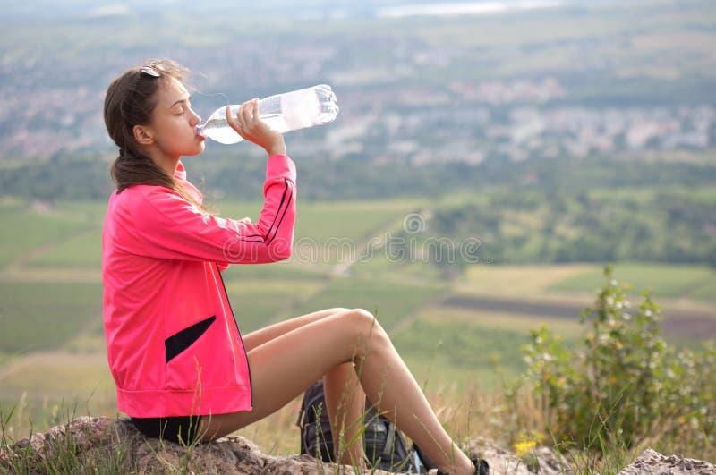 Sportliches Mädchen draußen in der Natur stockbilder