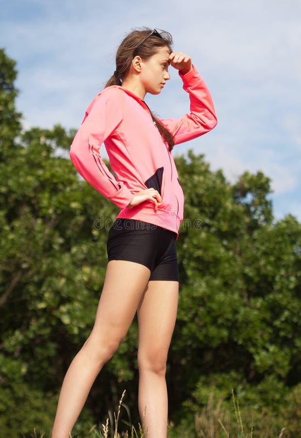 Sportliches Mädchen draußen in der Natur stockfoto