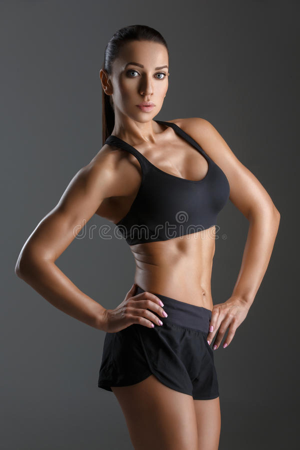 Sportliches Mädchen mit den Muskeln lizenzfreies stockbild