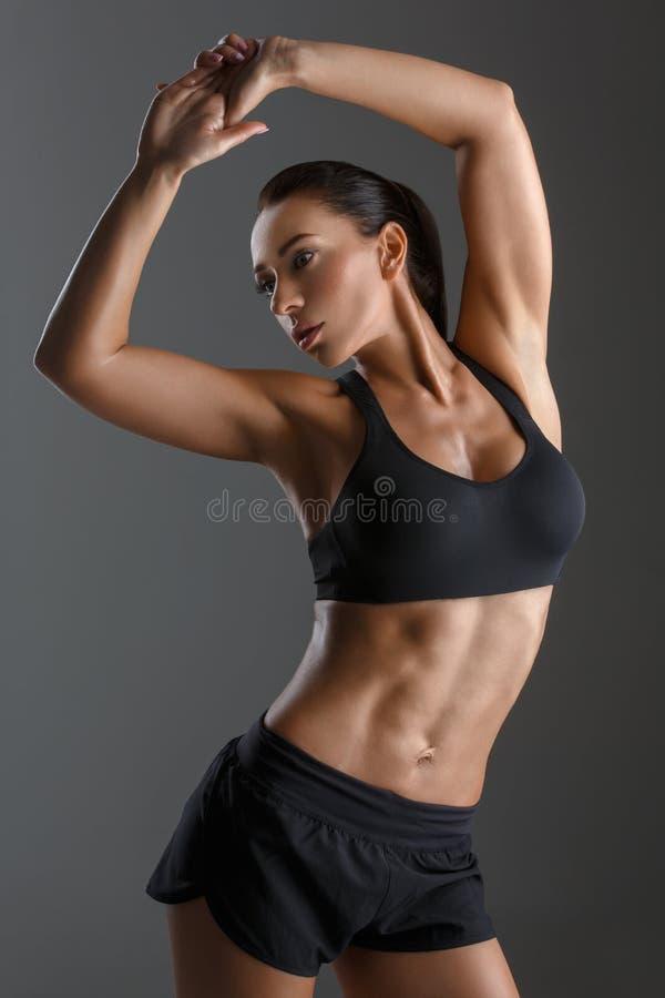Sportliches Mädchen mit den Muskeln lizenzfreie stockbilder