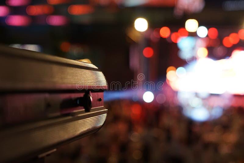 Sportlighter tire la lumière, à rayon laser à l'étape de concert image libre de droits