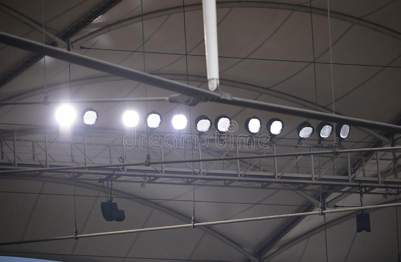 Sportlights na estrutura do estádio fotografia de stock
