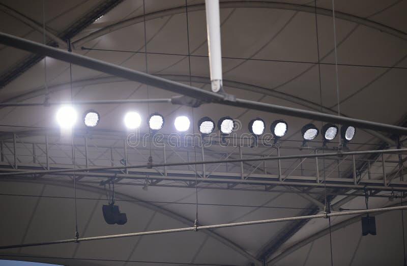 Sportlights op structuur van stadion stock fotografie