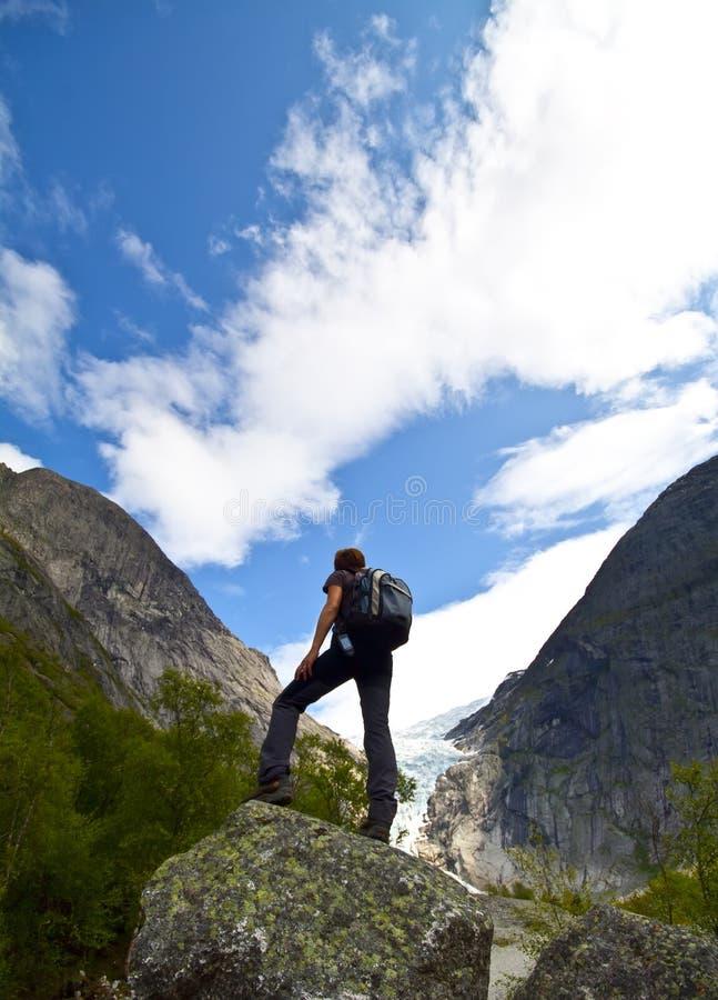 Sportmädchen in den Norwegen-Bergen lizenzfreies stockfoto