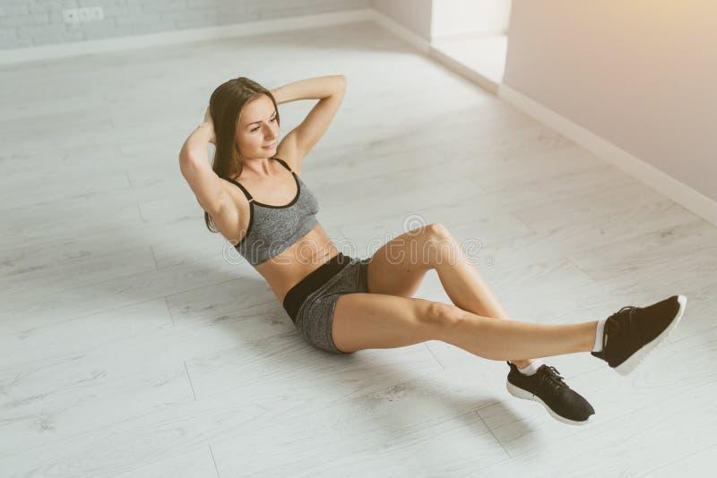 Sportmädchen im Eignungstraining und das Handeln drückt einen hellen Raum ein lizenzfreie stockfotos