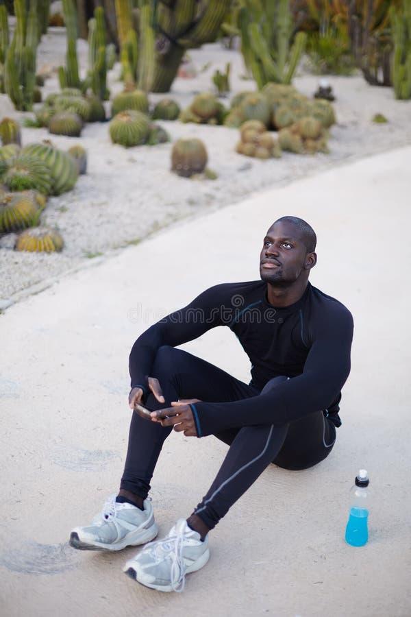 Sportman die celtelefoon voor praatje met behulp van royalty-vrije stock afbeeldingen