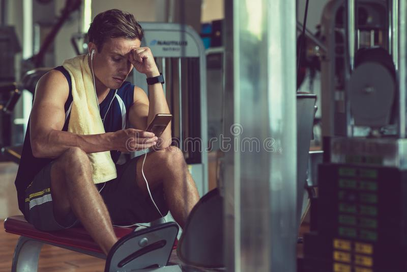 Sportman die telefoon controleren royalty-vrije stock foto's