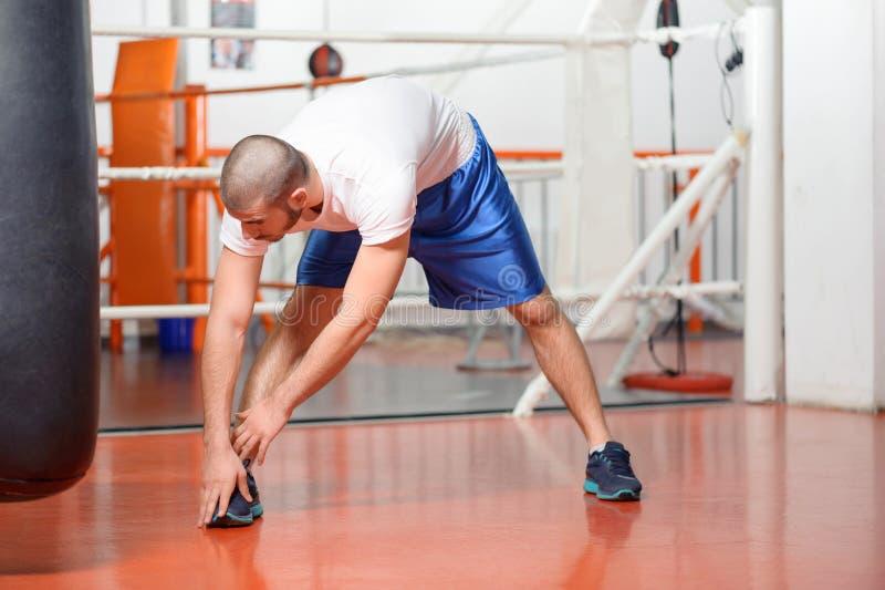 Sportman in een het in dozen doen gymnastiek royalty-vrije stock foto