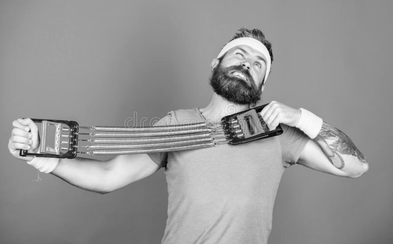 Sportman het uitrekken zich expander Probeer uitrekkend oefening Atletentraining met expander Verbeter uw spieren met sport royalty-vrije stock fotografie