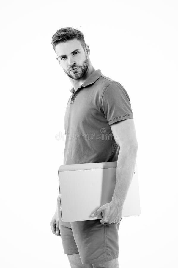 Sportman met laptop op wit wordt geïsoleerd dat De mens draagt laptop voor Internet-spel Sportweddenschappen en online het gokken royalty-vrije stock foto