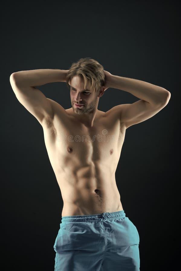 Sportman met sexy torso en borstatleet met geschikt lichaam in borrels De mens met zes pakken en ab-de spieren in Opleiding en royalty-vrije stock afbeelding