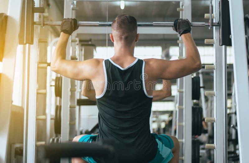 Sportman som gör övningsutbildning, arg färdig kropp och muskulös tillbaka sikt royaltyfri bild