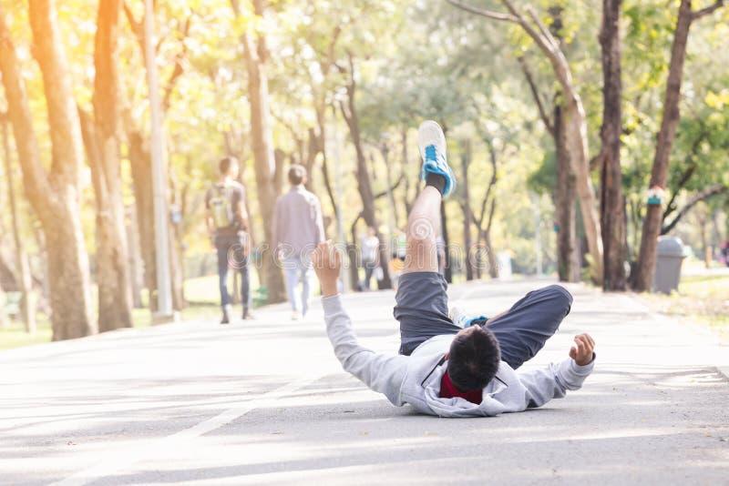 Sportmann-Knieverletzung stockfoto