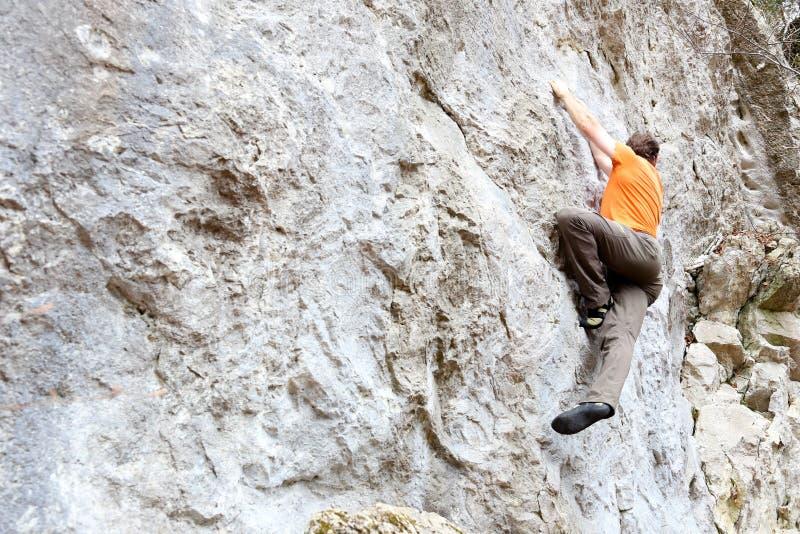 Sportmannen klättrar royaltyfria foton