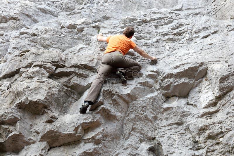 Sportmannen klättrar royaltyfri bild