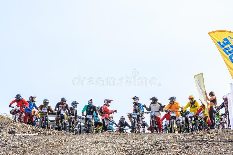 Sportmannenfietsers klaar om een race onderaan skispoor in de toevlucht van Gorky Gorod in de bergen van de Kaukasus te beginnen stock afbeelding