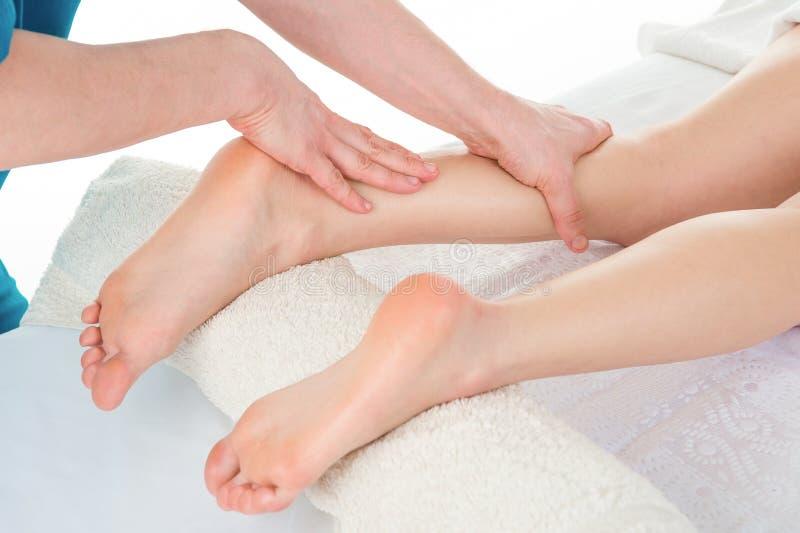 Sportmassage Massageterapeut som arbetar med patienten, massagin royaltyfri fotografi