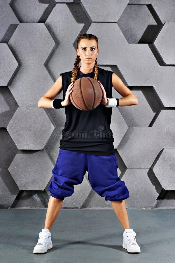 Sportmeisje met een basketbal royalty-vrije stock foto