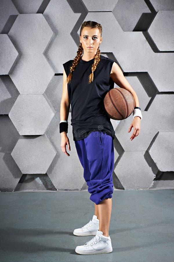 Sportmeisje met een basketbal royalty-vrije stock foto's