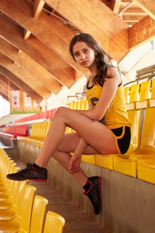 Sportmeisje in spoor en gebiedsatletiekbox royalty-vrije stock afbeelding