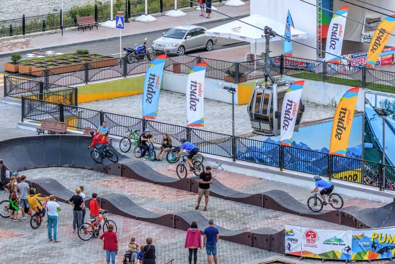 Sportowów rowerzystów przejażdżki bicykle przy próbną rywalizacją na plenerowej pompie tropią w Gorky Gorod halnym kurorcie Rower zdjęcie royalty free
