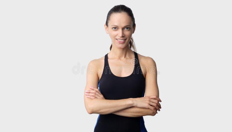 Sportowa Å'adna kobieta nosi sportowe ubrania w izolacji fotografia stock