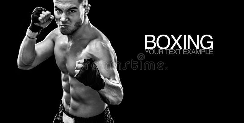 Sportowa boksera muay tajlandzki bój w bokserskiej klatce Odizolowywający na czarnym tle z dymem kosmos kopii czarny white fotografia royalty free