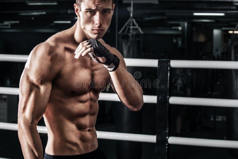 Sportowa boksera muay tajlandzki bój w bokserskiej klatce Z kopii przestrzenią pojęcie odizolowywający sporta biel obrazy royalty free