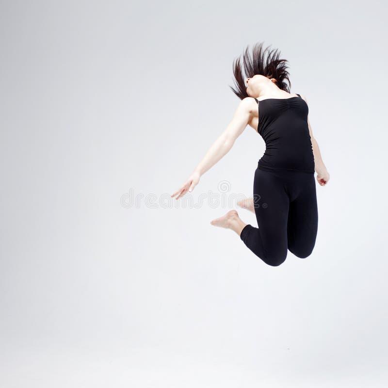 Sportowa dziewczyna pozuje w studiu, miejsce dla twój fotografia stock
