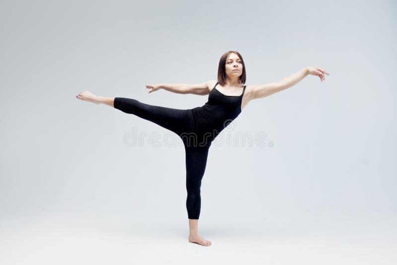 Sportowa dziewczyna pozuje w studiu, miejsce dla twój zdjęcia royalty free