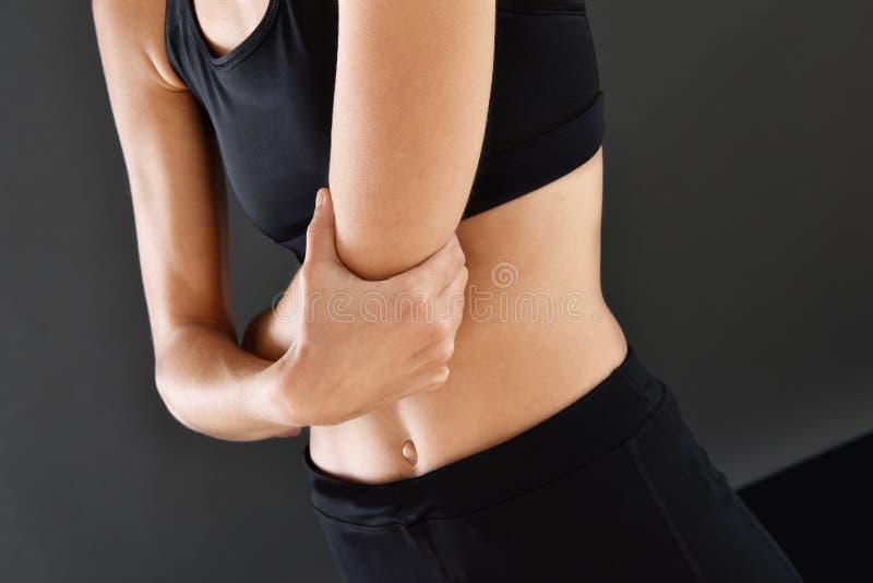 Sportowa dziewczyna z łokcia bólem fotografia stock