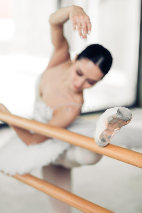 Sportowa i elastyczna kobieta uczęszcza balet klasy obraz royalty free