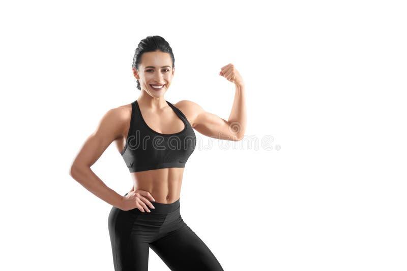 Sportowa kobieta demonstruje jej silnych mięśnie zdjęcia stock