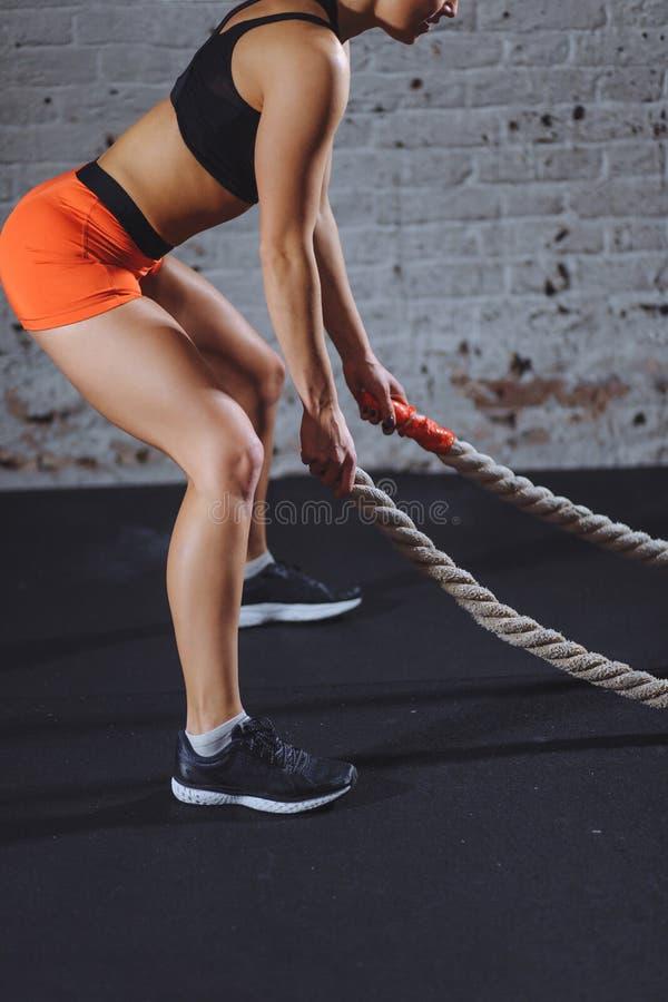 Sportowa kobieta robi niektóre przecinającemu napadowi ćwiczy z batalistyczny linowy salowym zdjęcia royalty free