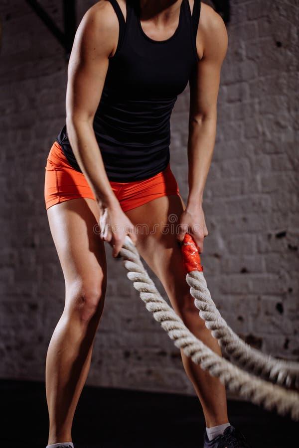 Sportowa kobieta robi niektóre przecinającemu napadowi ćwiczy z batalistyczny linowy salowym obrazy royalty free