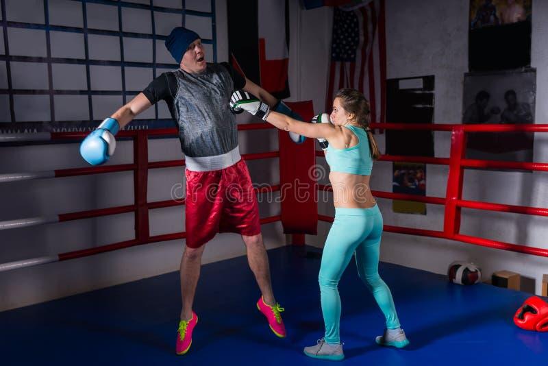 Sportowa kobieta trenuje z w sportswear w bokserskich rękawiczkach i fotografia royalty free