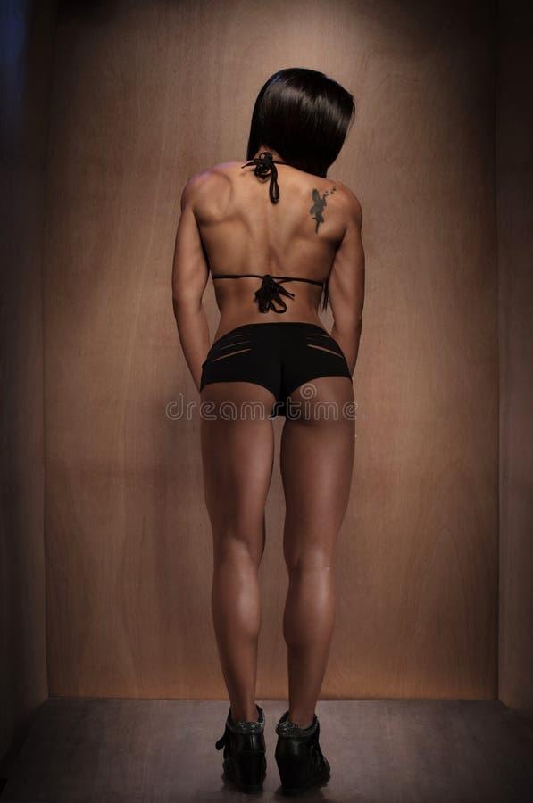 Sportowa kobieta w Czarnej bieliźnie Stawia czoło Backwards obrazy stock