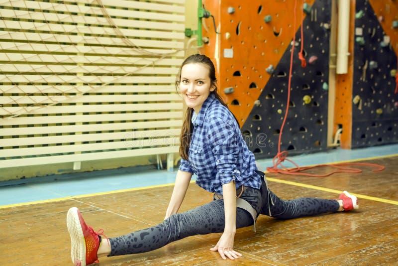 Sportowa kobieta wspina się indoors, widok od plecy obrazy royalty free
