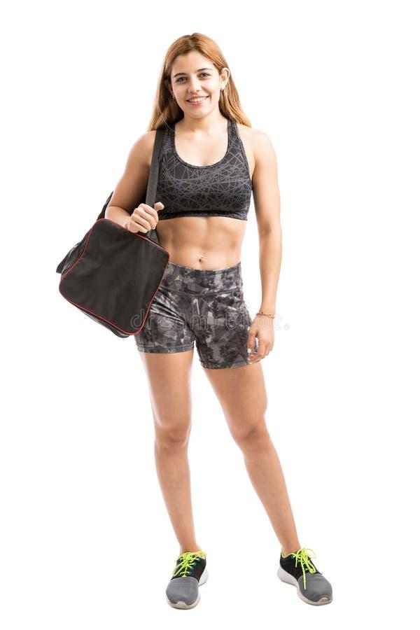 Sportowa kobieta z gym torbą obrazy stock
