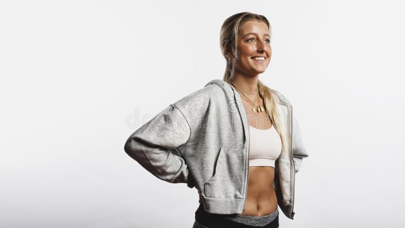 Sportowa kobiety pozycja w treningu odziewa zdjęcia stock