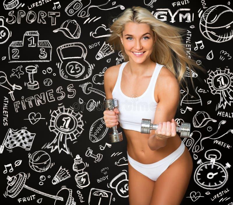 Sportowa młoda dama robi treningowi z ciężarami na czerni i remisie obrazy stock