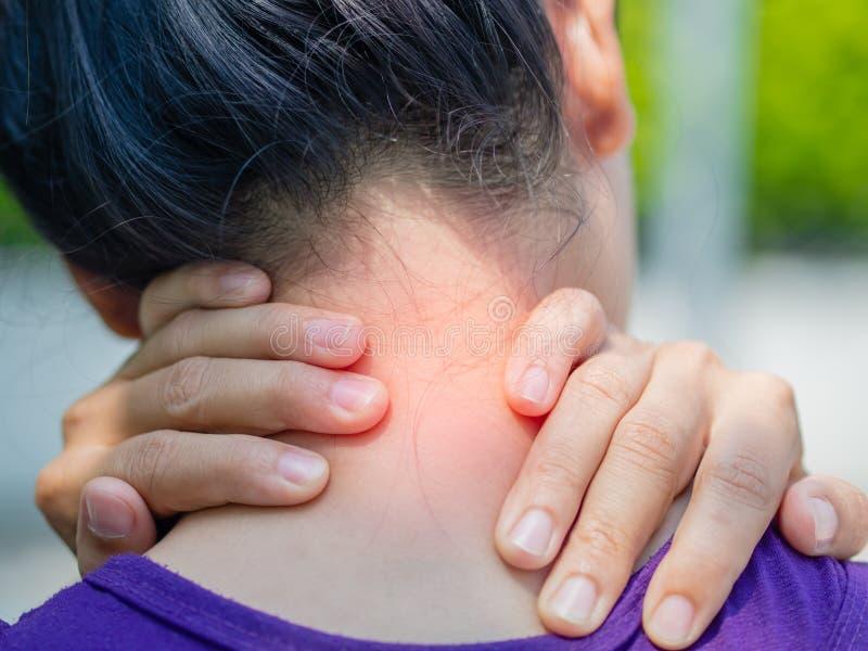 Sportowa młoda kobieta dotyka jej szyję bolesnym urazem, obraz royalty free