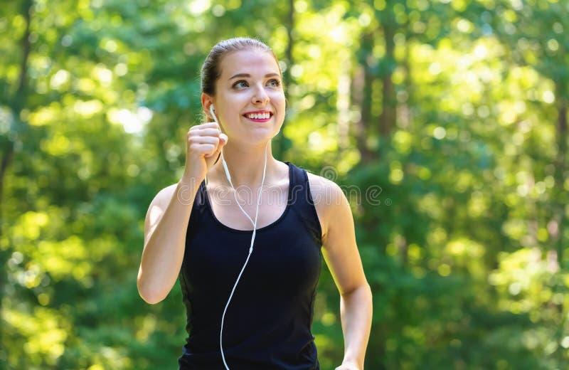 Sportowa młoda kobieta jogging zdjęcie royalty free