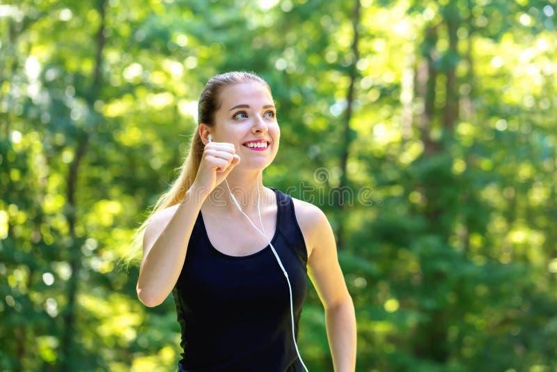 Sportowa młoda kobieta jogging fotografia stock