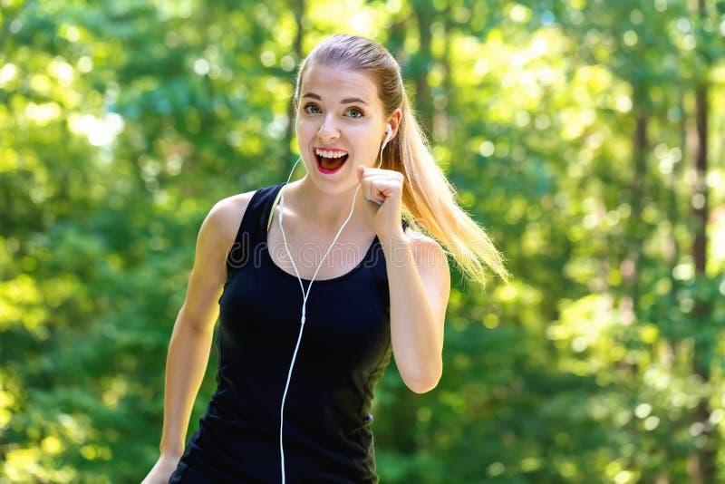 Sportowa młoda kobieta jogging obraz royalty free