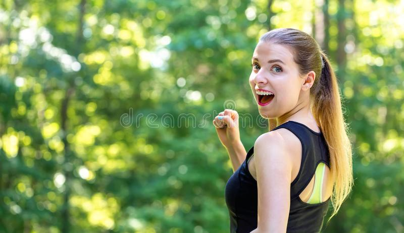 Sportowa młoda kobieta jogging obraz stock
