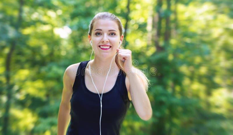 Sportowa młoda kobieta jogging zdjęcia stock