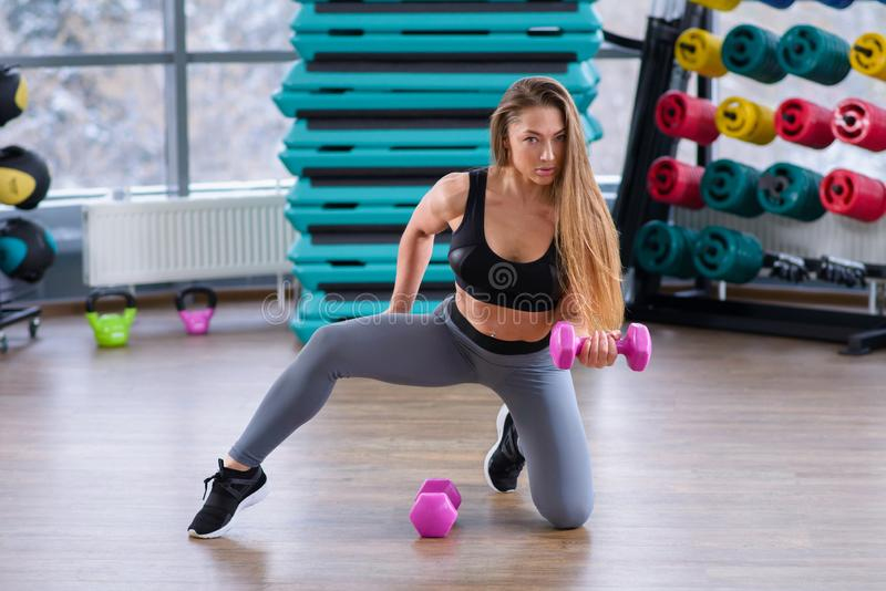 Sportowa młoda kobieta podczas treningu przy sprawności fizycznej klasą Piękna dziewczyna z doskonalić ciałem i kształtem pozuje  obraz royalty free