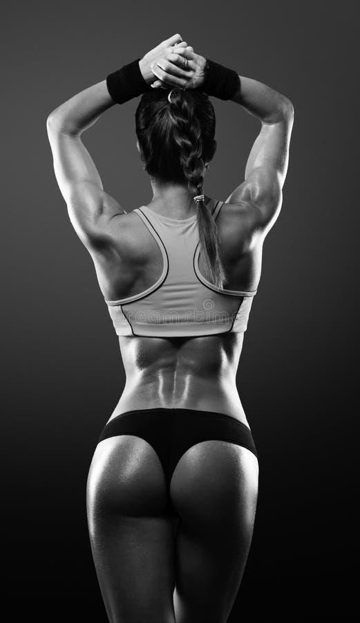 Sportowa młoda kobieta pokazuje mięśnie plecy obraz royalty free