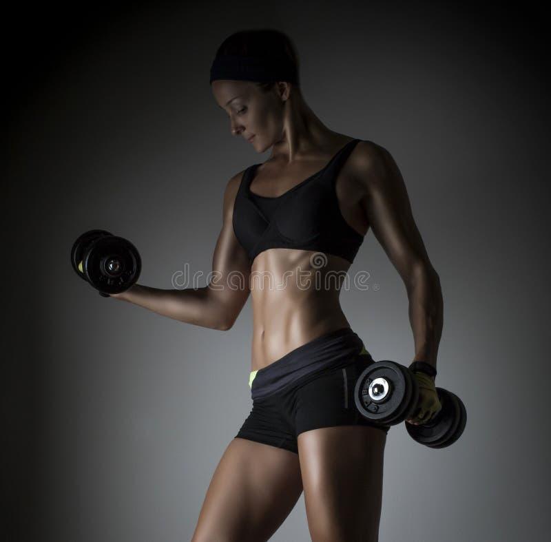 Sportowa młoda kobieta robi sprawność fizyczna treningowi zdjęcia stock